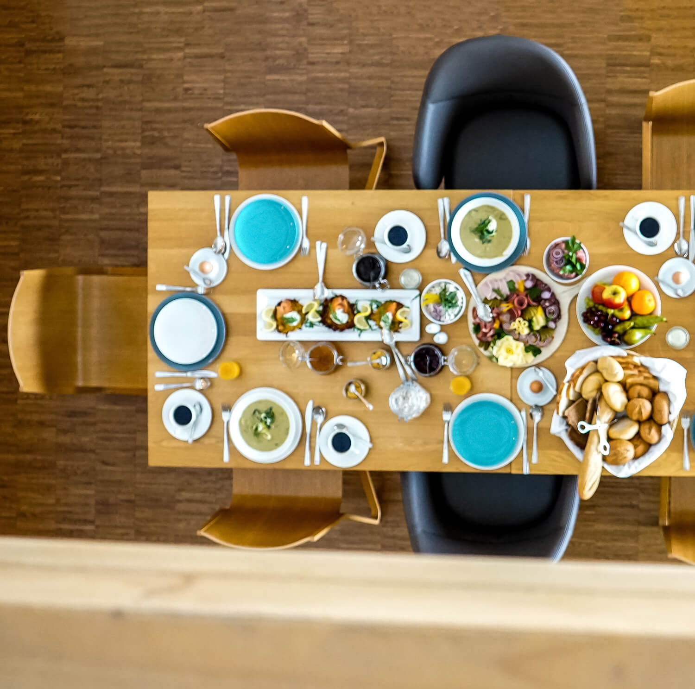 Gute-Stube-Fruehstueck-Tisch
